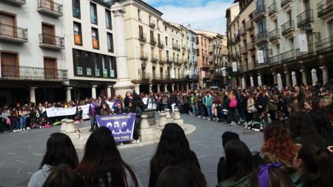Unas mil personas, la mayoría estudiantes, se han concentrado en la plaza del Torico de Teruel.