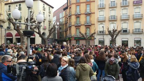 Cadena de mujeres entre Corres y la plaza de Navarra, en Huesca