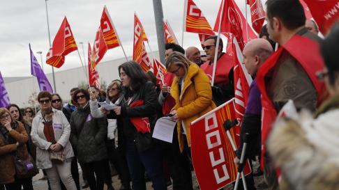 Concentración ante Inditex en Zaragoza con motivo de los paros del Día de la Mujer.