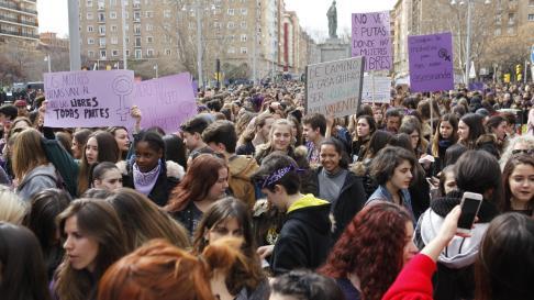 Numerosaparticipación en la manifestación que transcurre desde la plaza de San Francisco hacia la plaza del Pilar.