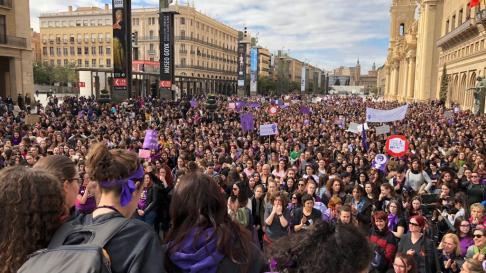 La plaza del Pilar, llena al acabar la manifestación con motivo del Día de la Mujer