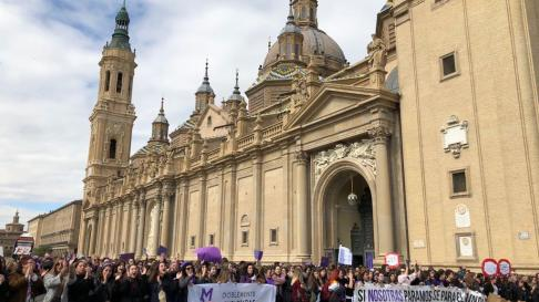 Los participantes en la manifestación de Zaragoza llegan a la plaza del Pilar.