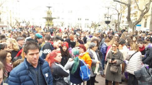 Estudiantes y personas mayores, concentrados en la plaza de Navarra de Huesca.