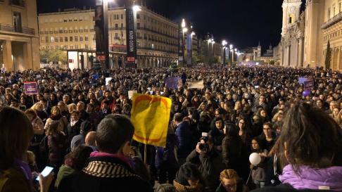 Llegada masiva de manifestantes a la plaza del Pilar