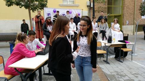 Una representación de alumnas y alumnos de la Escuela de Arte de Teruel representa en la calle las diferencias laborales.