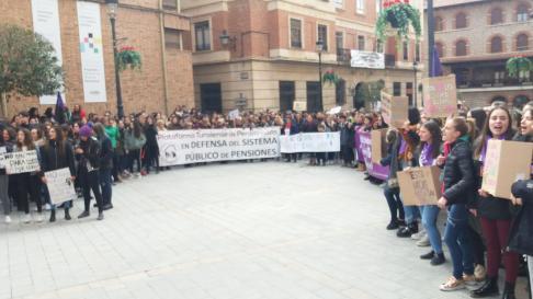 Concentración estudiantil en Teruel con motivo  del Día de la Mujer.