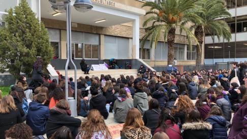 Concentración de estudiantes en las puertas de Interfacultades