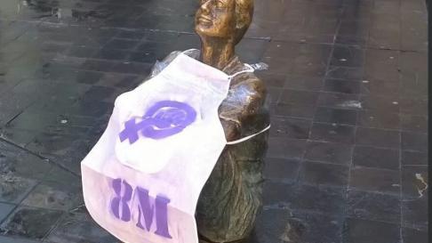 Algunas esculturas de Zaragoza 'se suman' a la huelga de mujeres