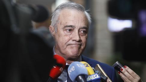 El portavoz del PSOE, Javier Sada, atendiendo a los medios en los pasillos de las Cortes.