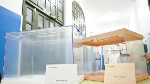 Urnas listas para una elecciones generales en un colegio de Zaragoza.