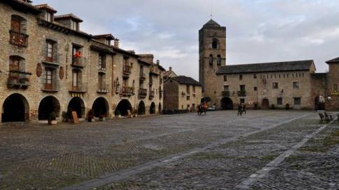 La plaza Mayor de Aínsa será escenario de un espectáculo de magia el domingo.