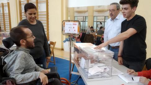 Pablo Echenique, en el centro deportivo madrileño en el que ha votado este domingo por la tarde.