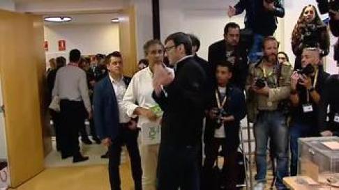 Ha tratado de entorpecer el trabajo de las cámaras que esperaban captar la imagen del candidato depositando su voto