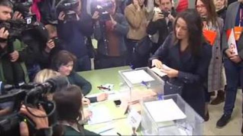 La cabeza de lista de Ciudadanos por Barcelona al Congreso ha acudido al colegio Ausias March acompañada de su marido