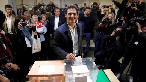 Albert Rivera vota en un colegio de Hospitalet de Llobregat.