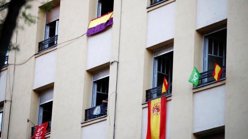 Banderas diferentes colgadas en los balcones frente a la sede del PSOE en Ferraz.