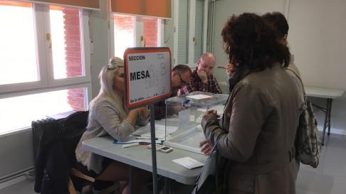 Carlos Ochoa, presidente de mesa electoral, ultimando los detalles finales junto algunos vecinos de María de Huerva