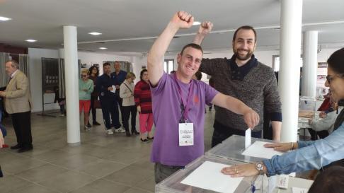 Daniel Fernández, candidato de Unidas Podemos-Alto  Aragón en Común, ha acompañado al candidato de Podemos-Equo en Fraga, Carlos Cabós, a votar ya que él ya lo había hecho por correo.