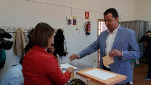 El candidato al Congreso por Teruel del PP, Alberto Herrero, votando esta mañana en Calanda, donde vive.