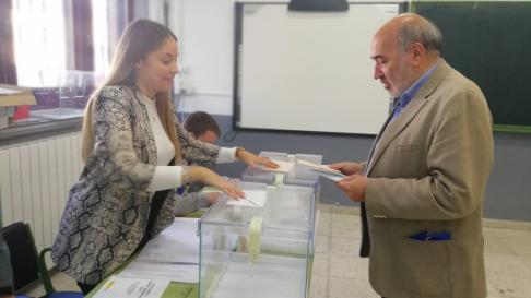 El candidato n1 del PP al Senado por Zaragoza, José Manuel Aranda, uno de los primeros en votar, a las 9.01 en el IES Leonardo de Chabacier.