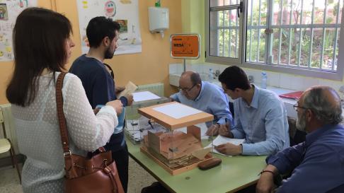 Mesa electoral en Illueca