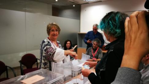 La cabeza de lista al Congreso por Teruel de Unidas Podemos, Blanca Villarroya, votando en el colegio del barrio de San Julián de Teruel esta mañana.