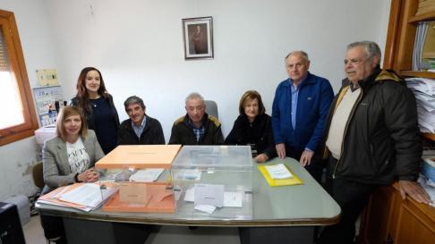 Los vecinos de Villarroya (La Rioja), el primer pueblo en votar.