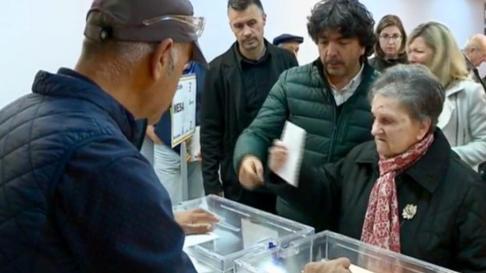Mario Garcés, candidato del PP por Huesca, ha acompañado a su madre a votar en Jaca. Él ha votado por correo