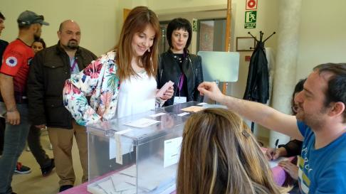 Maru Díaz, ejerciendo su derecho a voto.