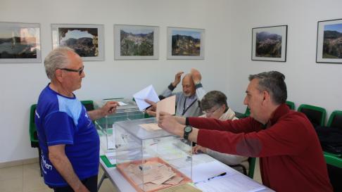 Mesa electoral en Alcaine