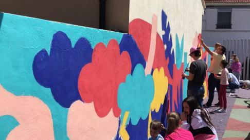Mural colectivo en Alfamén el día de las elecciones generales