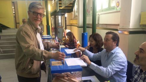 Pedro Santisteve votando en las elecciones de este domingo.