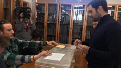 Rodrigo Gómez, candidato de Ciudadanos al congreso por Zaragoza, votando esta mañana en el IES Santa Emerenciana de Teruel