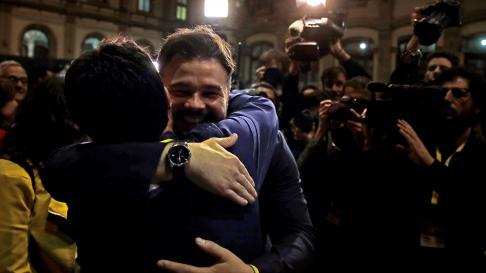 Rufián se abraza con otros miembros de la formación tras la victoria electoral de ERC en Cataluña.