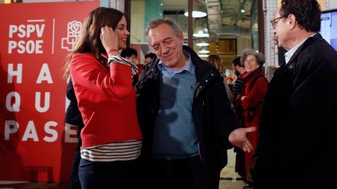 Sandra Gómez se abraza al secretario autonómico de Educación, Miguel Soler, a las puertas del local donde los socialistas valencianos siguen el escrutinio electoral.