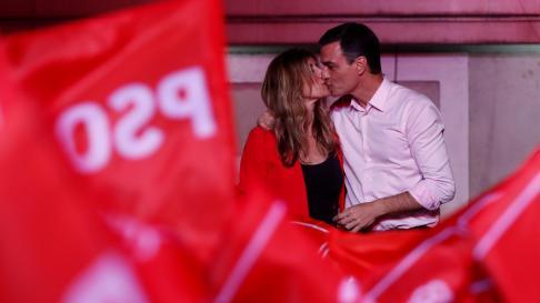 Spain's Prime Minister Pedro Sanchez of the Socialist Workers' Party (PSOE) speaks to supporter while celebrating the result in Spain's general election in Madrid, Spain, April 29, 2019. REUTERS/Sergio Perez [[[REUTERS VOCENTO]]] SPAIN-ELECTION/SANCHEZ REAX