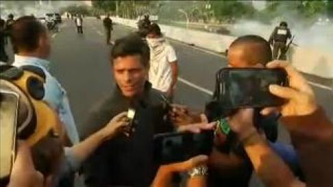 El líder opositor venezolano, que ha sido sacado de su arresto domiciliario por fuerzas afines, ha hecho declaraciones en las inmediaciones de la base militar de La Carlota en Caracas