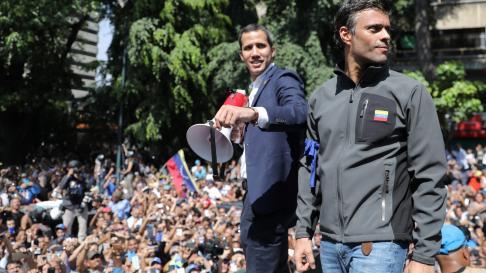 Leopoldo López junto a Juan Guaidó la mañana de este martes en Venezuela.