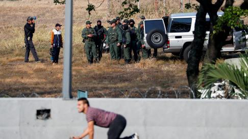Seguidores de Juan Guaidó se reúnen junto a la base militar La Carlota, en Caracas.