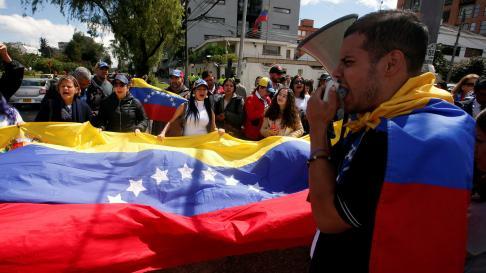 Venezolanos en Colombia se manifiestan frente al consulado.