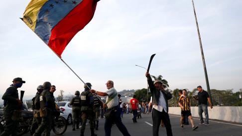"An opposition supporter waves a Venezuelan flag near the Generalisimo Francisco de Miranda Airbase ""La Carlota"", in Caracas, Venezuela April 30, 2019. REUTERS/Carlos Garcia Rawlins [[[REUTERS VOCENTO]]] VENEZUELA-POLITICS/"