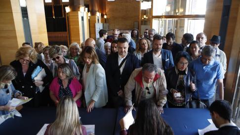 Acceso de los invitados al debate municipal de Zaragoza.