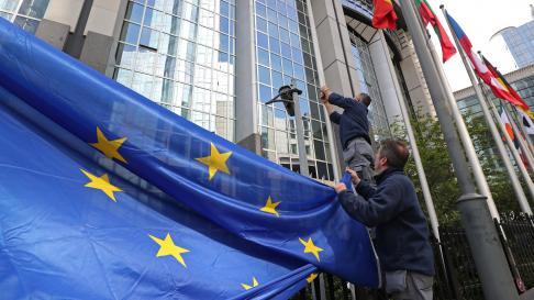 Izado de la bandera de Europa en el edificio del Parlamento en Bruselas.