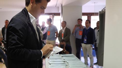 Albert Rivera vota en Pozuelo de Alarcón.