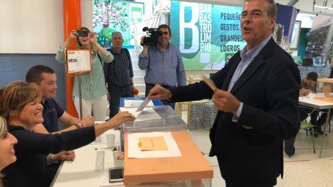 Antonio Cosculluela vota en Barbastro.