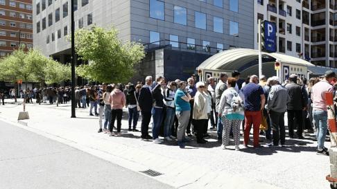 Ciudadanos rumanos haciendo fila frente al consulado para votar, hoy, en Zaragoza.