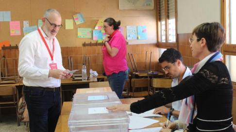 El alcalde de Monzón y candidato socialista Álvaro Burrell ha votado esta mañana en el colegio Salesianos.