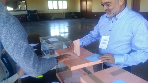 El candidato de Cambiar Barbastro votando este mediodía día en su pueblo, Costean.