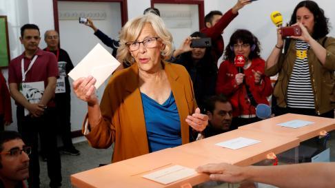 La alcaldesa de Madrid, Manuela Carmena, vota en las elecciones municipales y autonómicas del 26-M
