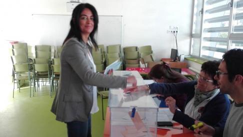 La candidata de Vox Jaca, Marta Moreno, vota en su colegio.